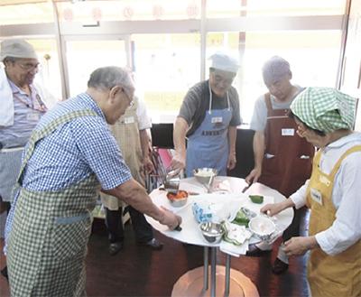 参加者が料理で交流