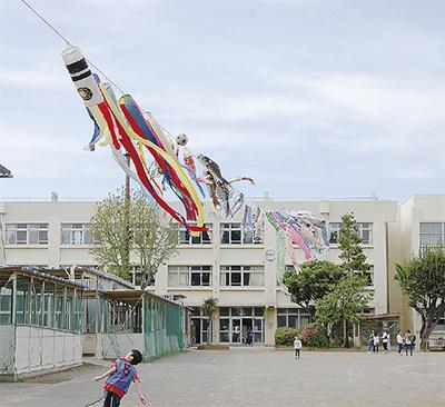 校庭の空を泳ぐ