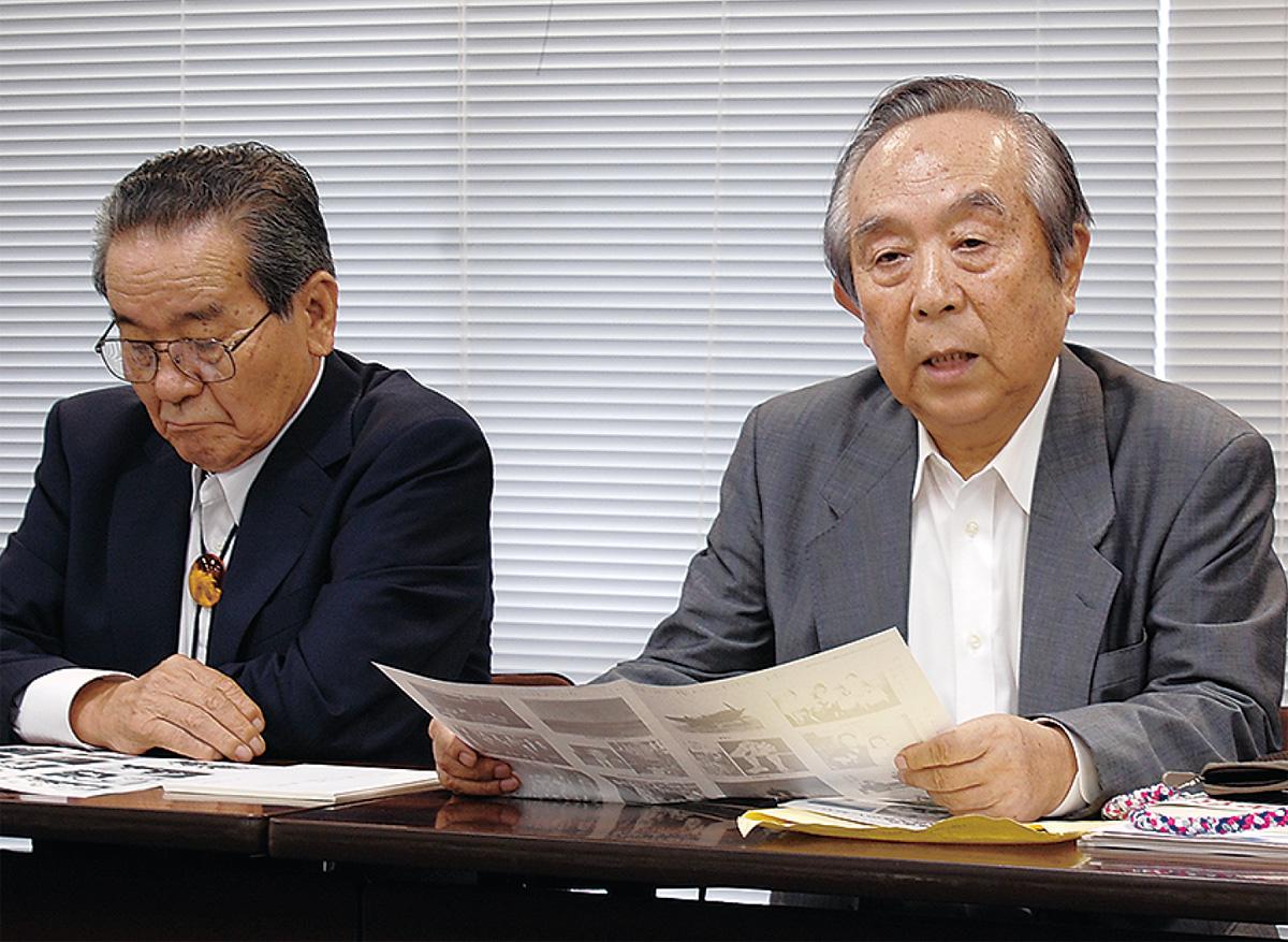 8月に県庁で記者会見を行った石川実行委員長(右)と橋本理吉事務局長
