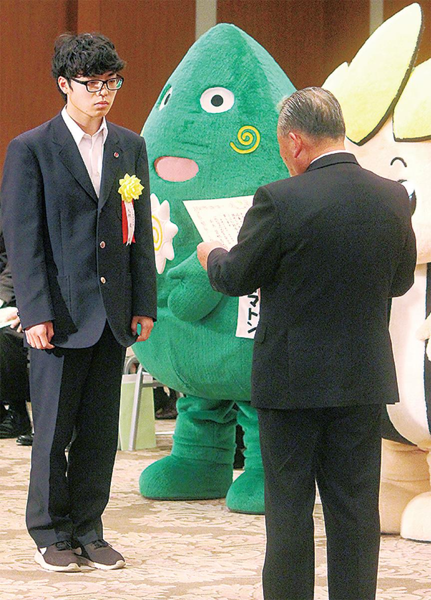 賞状を受け取る上和田中・大槻君