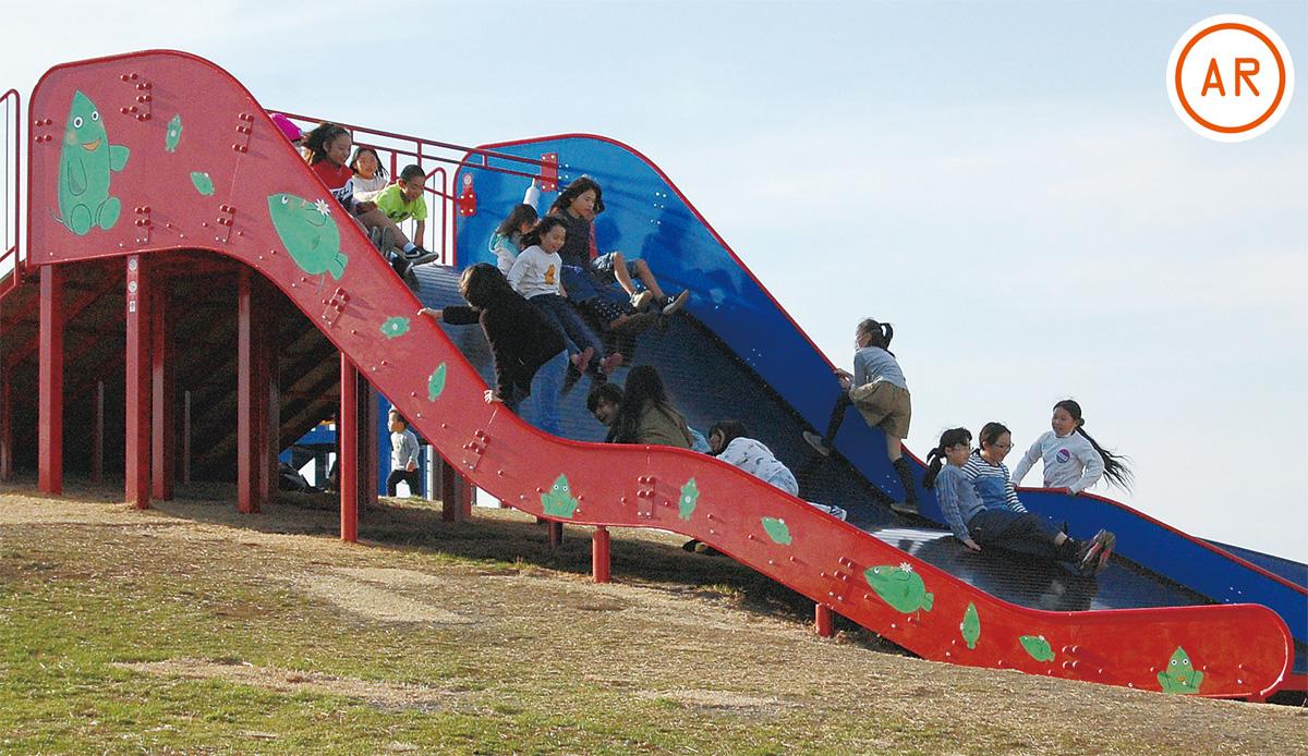 真新しい「ヤマトン滑り台」で遊ぶ子どもたち