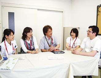 左から医療ソーシャルワーカー新倉絵里子主任、推進室野口順子主任、池田弘室長、矢野明美看護係長、田所浩副室長(総合内科医長)