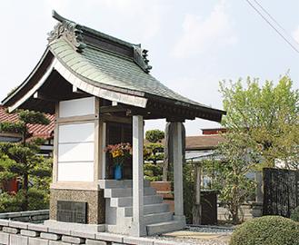 県道407号線沿いに位置する「霊堂」