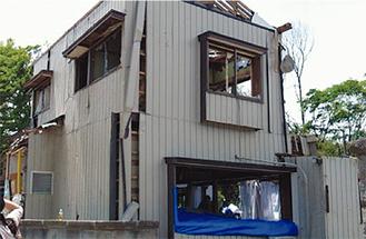 竜巻被害を受けた建物