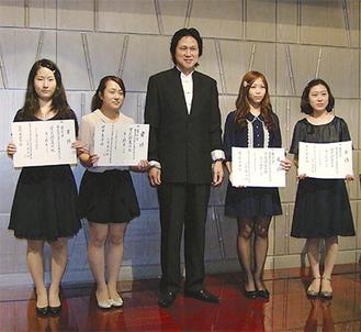 崔さん(中央)と左から西村さん、根本さん、佐藤さん、井上さん(崔宗宝と唄う会提供)