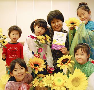 出演する子どもたちと吉田さん