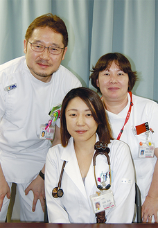 岩波委員長(写真中央)渡医師(同左)深津看護科長(同右)