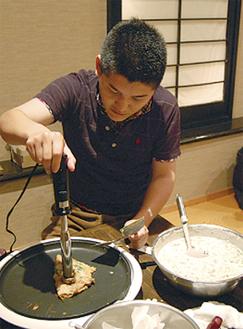 調理の練習をするメンバー
