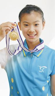 メダルを手にする長崎美柚さん