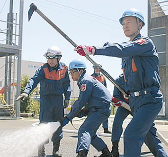 消防隊員から指導を受ける