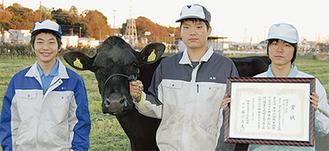 カノン号と岩崎さん(写真中央)、清水さん(同左)栗山さん(同右)