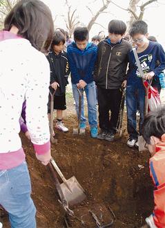 1mほど掘ると6年前に埋めた「カプセル」が姿を見せた