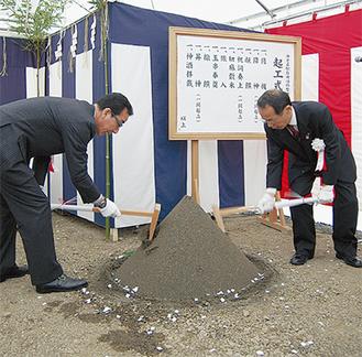 鍬を入れ安全を祈願する内野市長(右)と倉橋市議会議長
