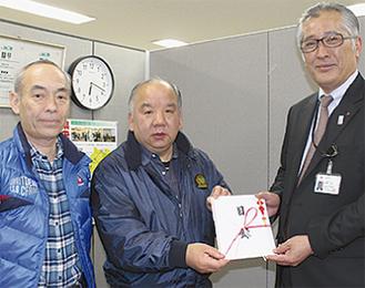 関野会長(中央)と三好副会長(左)