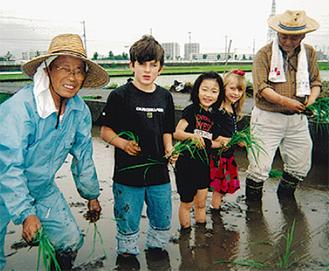 田植えを楽しむ子どもたち