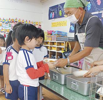 給食を受け取る園児=日進幼稚園