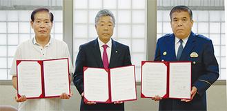 船盛会長(左)飯田社長(中央)小平署長(右)