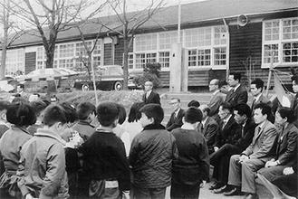 開校式で児童を前に祝辞を述べる海老名小学校の熊坂校長