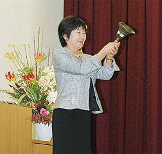開校当初、授業の開始と終了を伝えていた「鐘」を鳴らし式典がスタートした