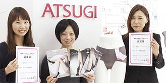 エクスエールの開発に携わった阿久津さん(写真中央)、ヘムショーツをデザインした高柳さん(右)