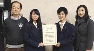 右から小泉校長、レポーターを務めた志田楓さん、内田彩絵さん、管理・指導担当の相川教諭
