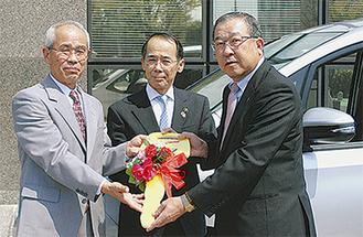 左から河野会長、内野海老名市長、與田(よだ)社長