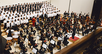 160人を超える市民が参加した2012年公演のようす