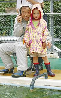 小雨交じりの中、金魚を釣り上げた