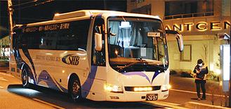 乗客を乗せ出発を待つバス