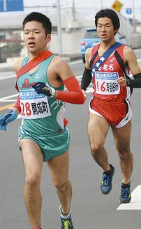 競り合う2区・辻選手(右)