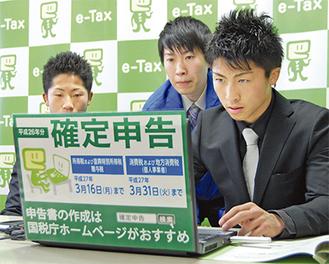 真剣な表情でパソコンに向かう尚弥選手(右)と拓真選手(左)