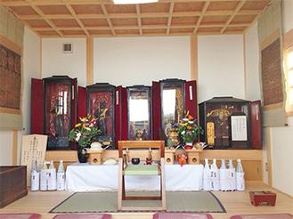 不動明王立像2体を含む5体の仏像が納められた宝物殿内部