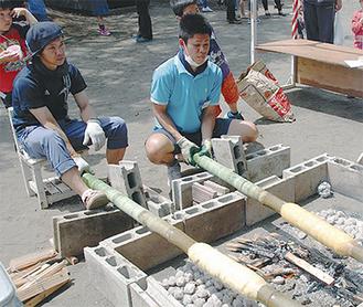 竹にバウムクーヘンを巻きつけ焼く