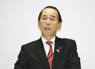記者会見で4選出馬を表明する内野氏
