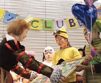 山田代表(左)へ寄せ書きをプレゼント