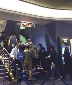 公開初日、開場を待ちわびたスターウォーズファンが押し寄せた