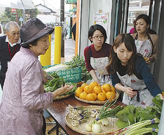 旬の野菜を販売した