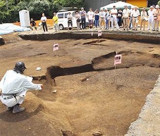 発掘現場で見学会が行われた(海老名市提供)