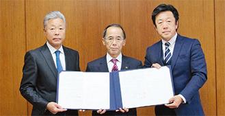 左から飯田代表、内野市長、豊島代表写真=海老名市提供