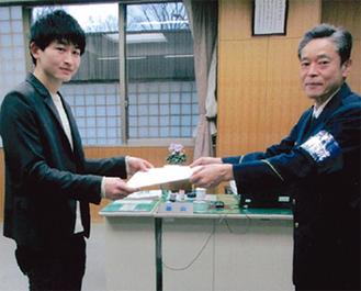 感謝状を受け取る堀内さん(左)