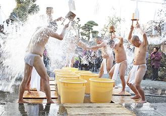 下帯姿で水をかぶる僧侶たち