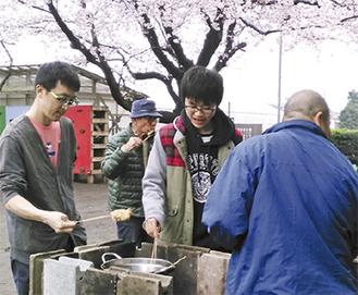 桜を眺め、だんらんする参加者
