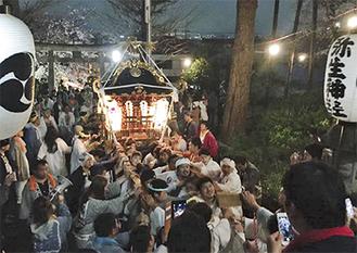神輿の宮入で会場は最高潮の盛り上がりを見せた