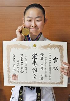 初の金メダルを手に笑顔の生沼さん