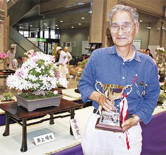 市長賞を受賞した作品と井上さん