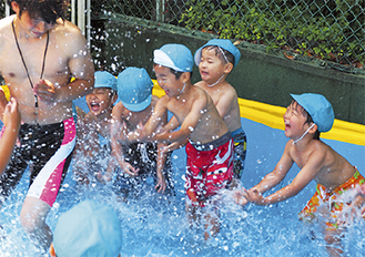 水を掛け合う園児たち
