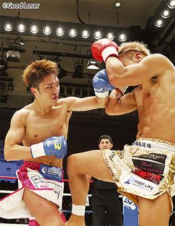 果敢に攻撃を仕掛ける西京選手(左)