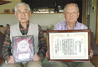 賞状と盾を手にする築地隊長(左)と山口顧問