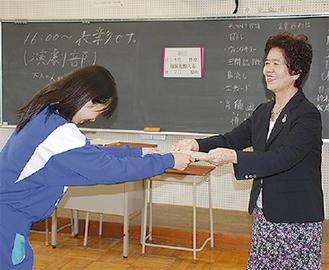 海野会長から表彰を受ける生徒