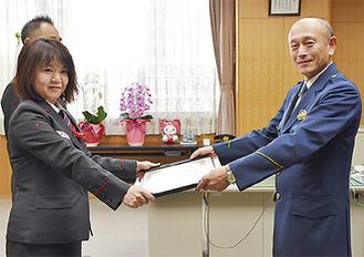 米川署長から感謝状を受け取る頼住さん(左)